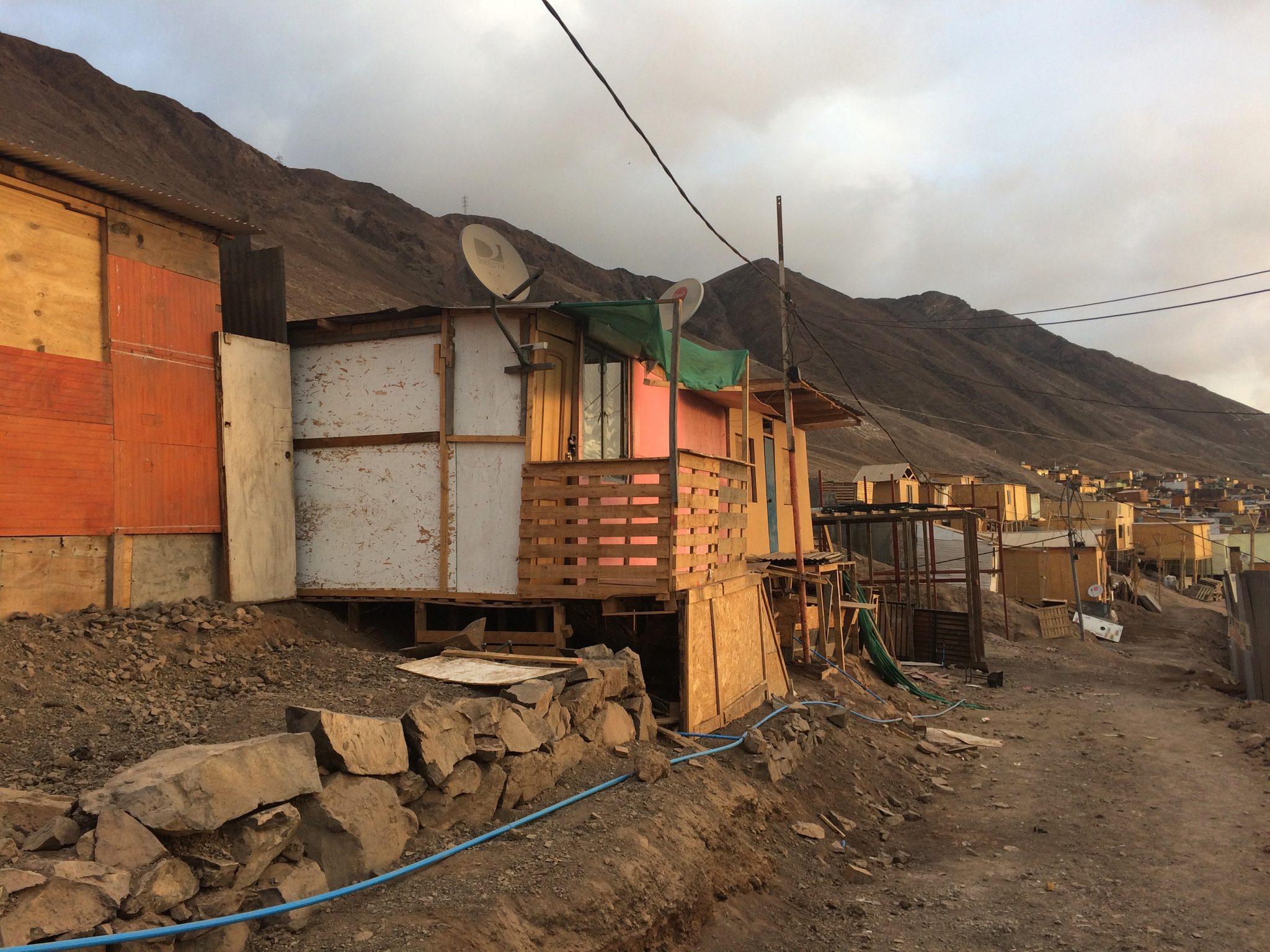 Dieses Bild hat ein leeres Alt-Attribut. Der Dateiname ist Informal-settlement-in-Antofagasta-Chile-scaled.jpg
